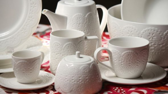 Vajilla de porcelana blanca con relieve. 12