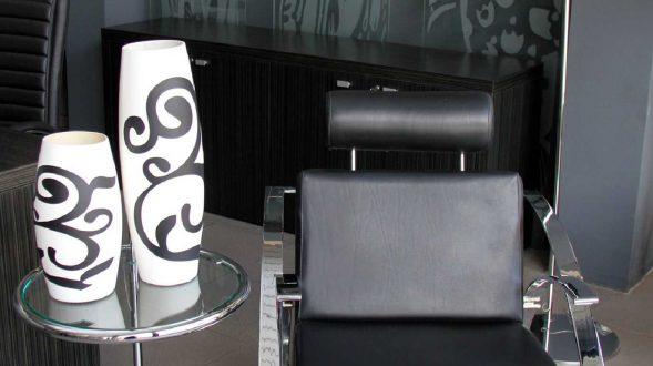 Sillón Point de estructura cromada, tapizada en eco cuero negro 28