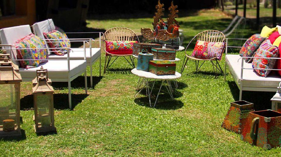 Juego de jardín en hierro pintado de blanco con detalles de almohadones mexicanos 1