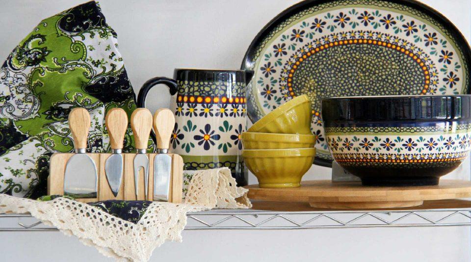 Piezas de cerámica de colores y mantel con puntilla de algodón en composé 3