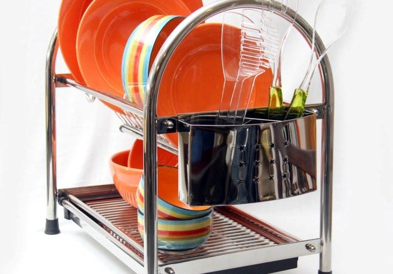 Secaplatos de acero y vajilla rayada de colores 3