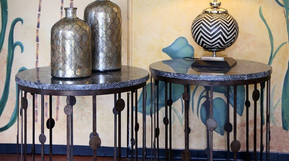 Mesas, lámpara y botellones 1
