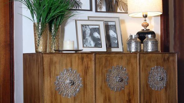 Mueble de madera con tres puertas 3