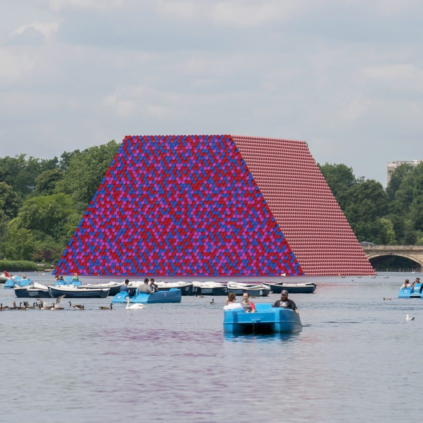 The London Mastaba, arte sobre el agua 8