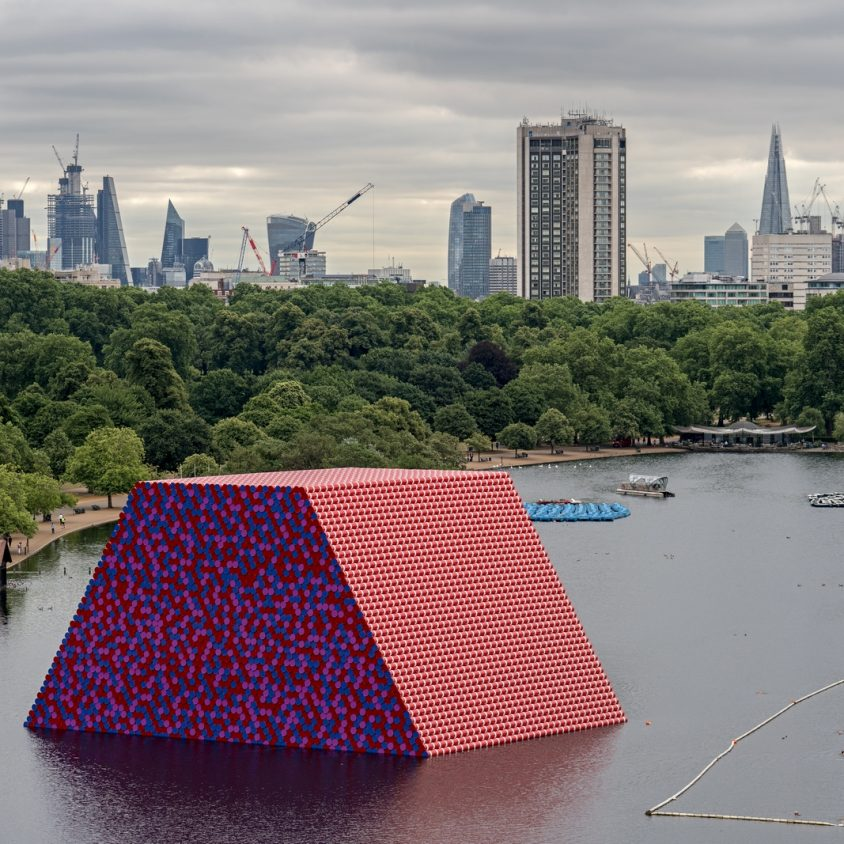 The London Mastaba, arte sobre el agua 7