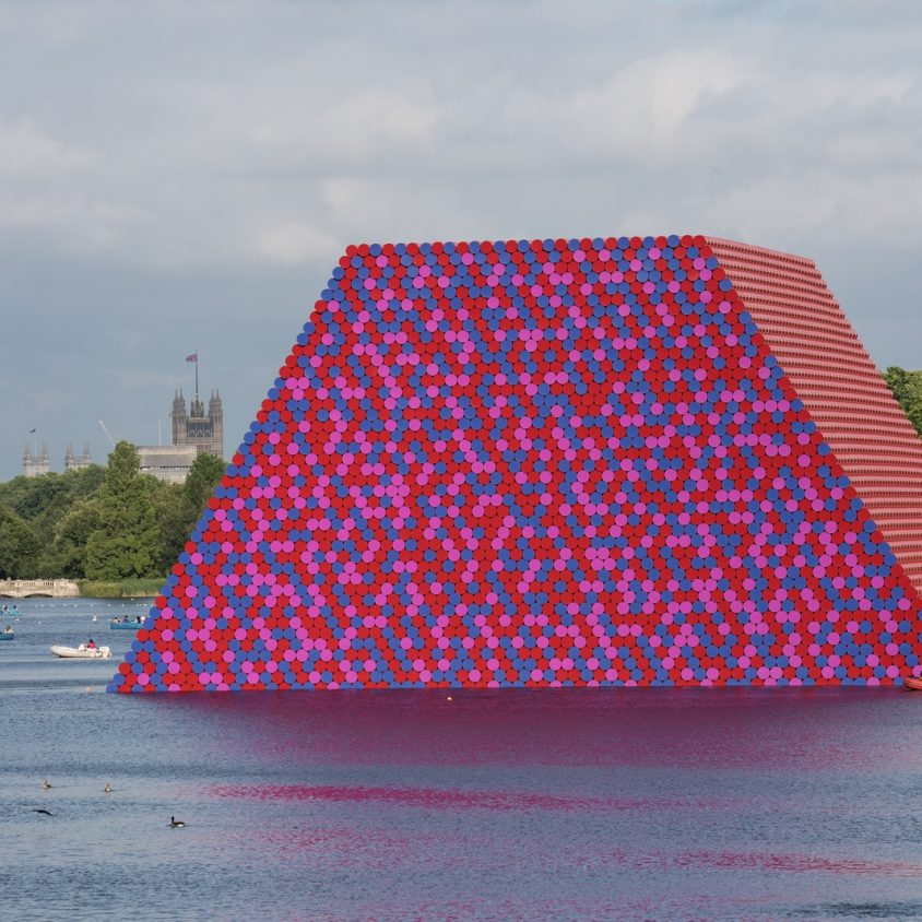 The London Mastaba, arte sobre el agua 5