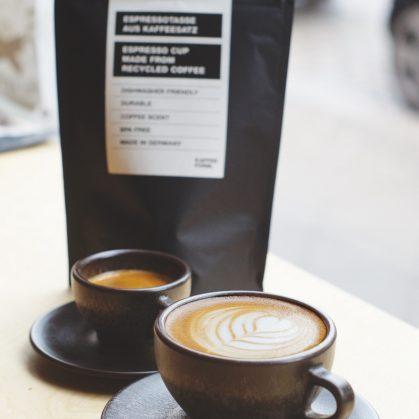 Un vaso de café realizado en café 9