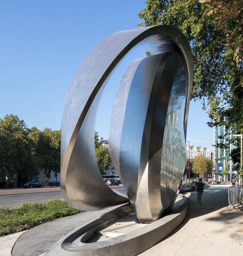 Una cartelera digital escultural 8