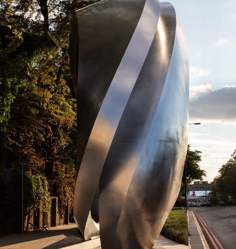 Una cartelera digital escultural 10