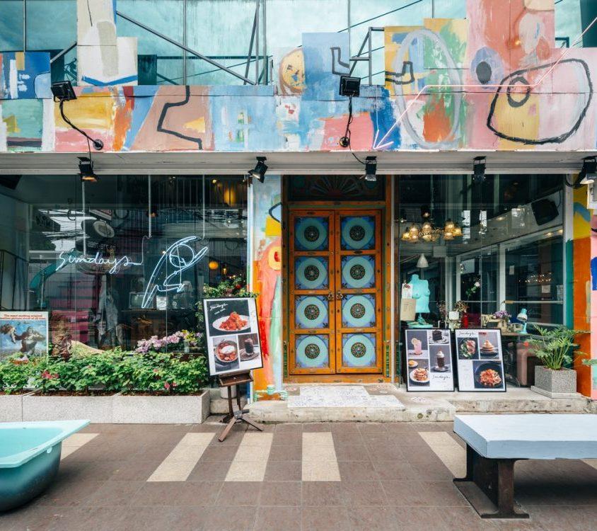 Un restaurante con arte y antigüedades 1