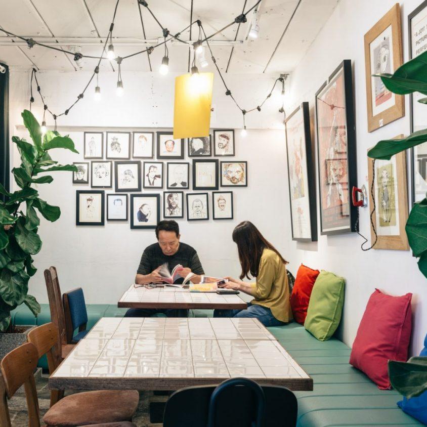 Un restaurante con arte y antigüedades 22