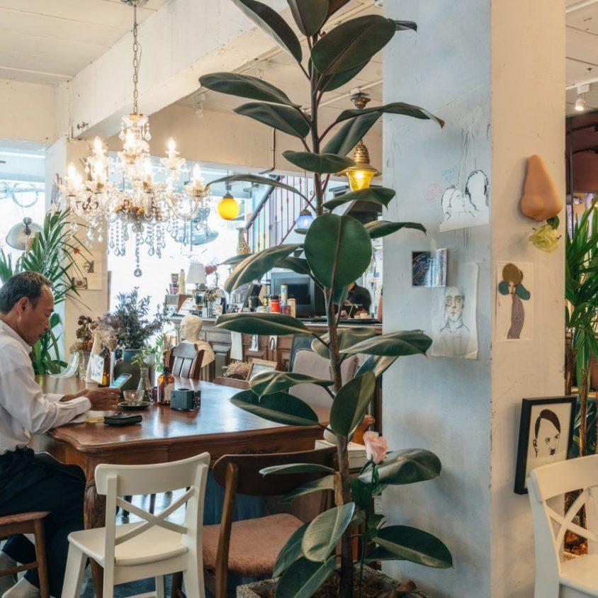 Un restaurante con arte y antigüedades 12