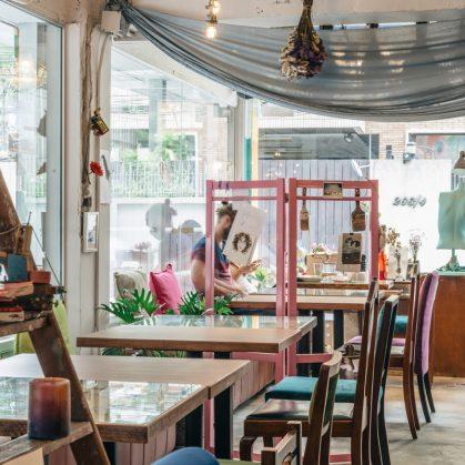 Un restaurante con arte y antigüedades 14