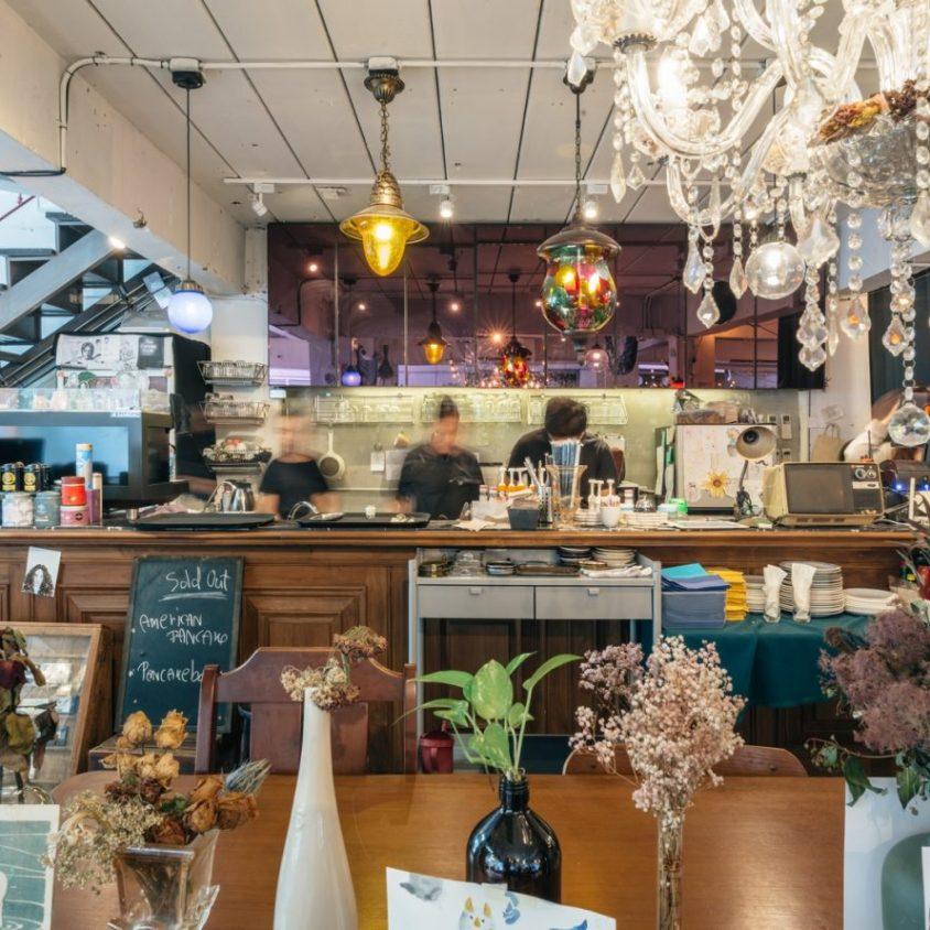 Un restaurante con arte y antigüedades 10