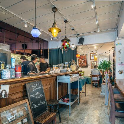 Un restaurante con arte y antigüedades 19