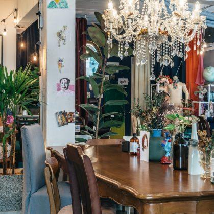 Un restaurante con arte y antigüedades 15