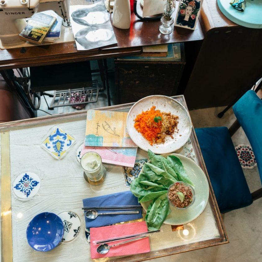 Un restaurante con arte y antigüedades 24