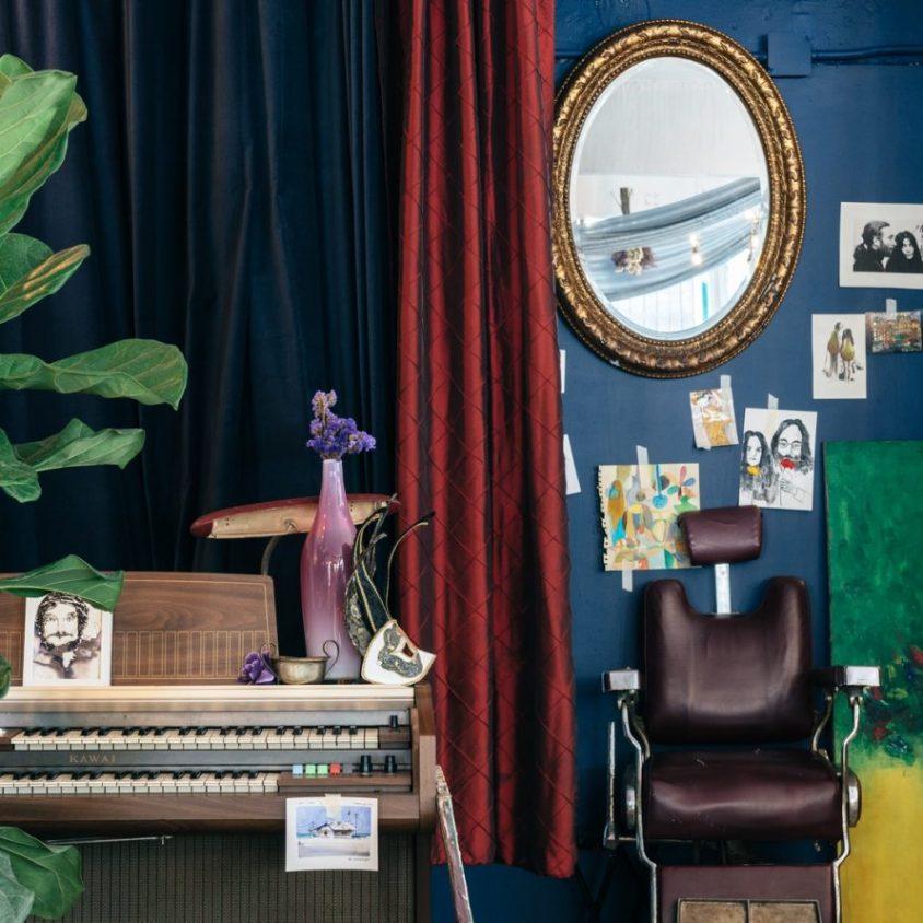 Un restaurante con arte y antigüedades 27