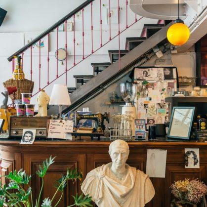 Un restaurante con arte y antigüedades 8
