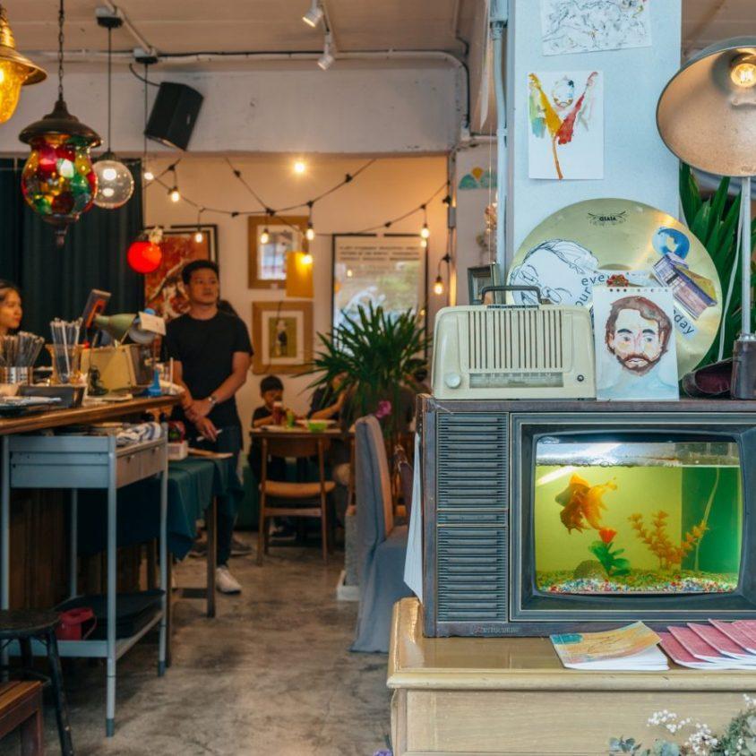 Un restaurante con arte y antigüedades 25