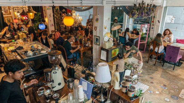 Un restaurante con arte y antigüedades 23