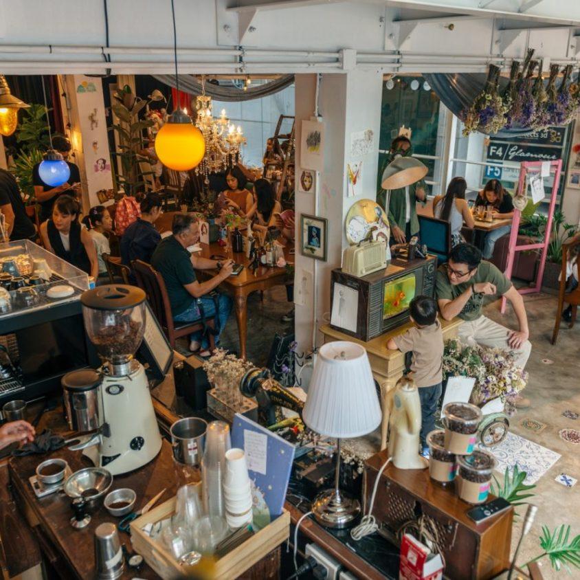 Un restaurante con arte y antigüedades 16