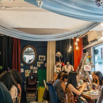 Un restaurante con arte y antigüedades 28