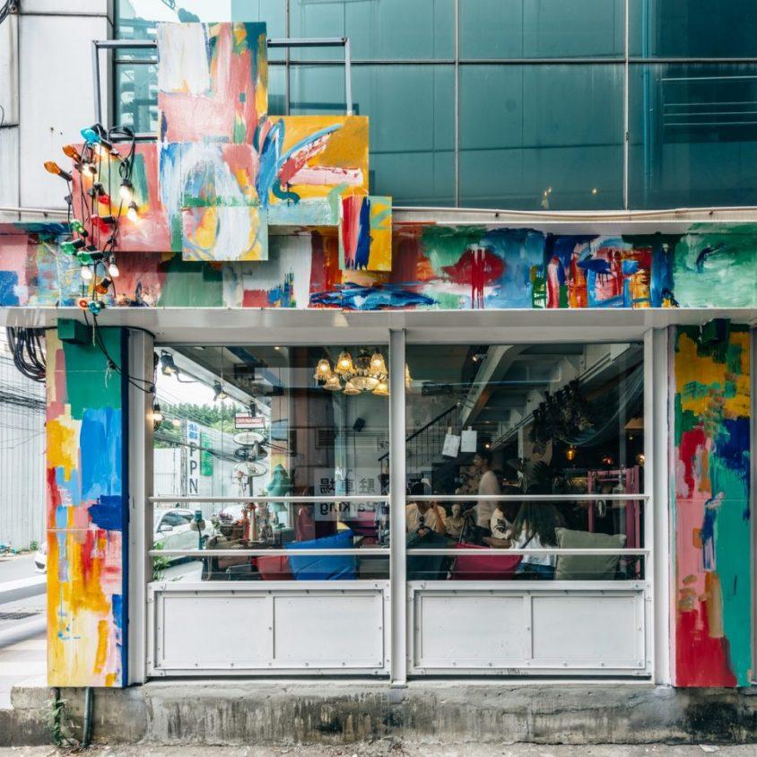 Un restaurante con arte y antigüedades 4
