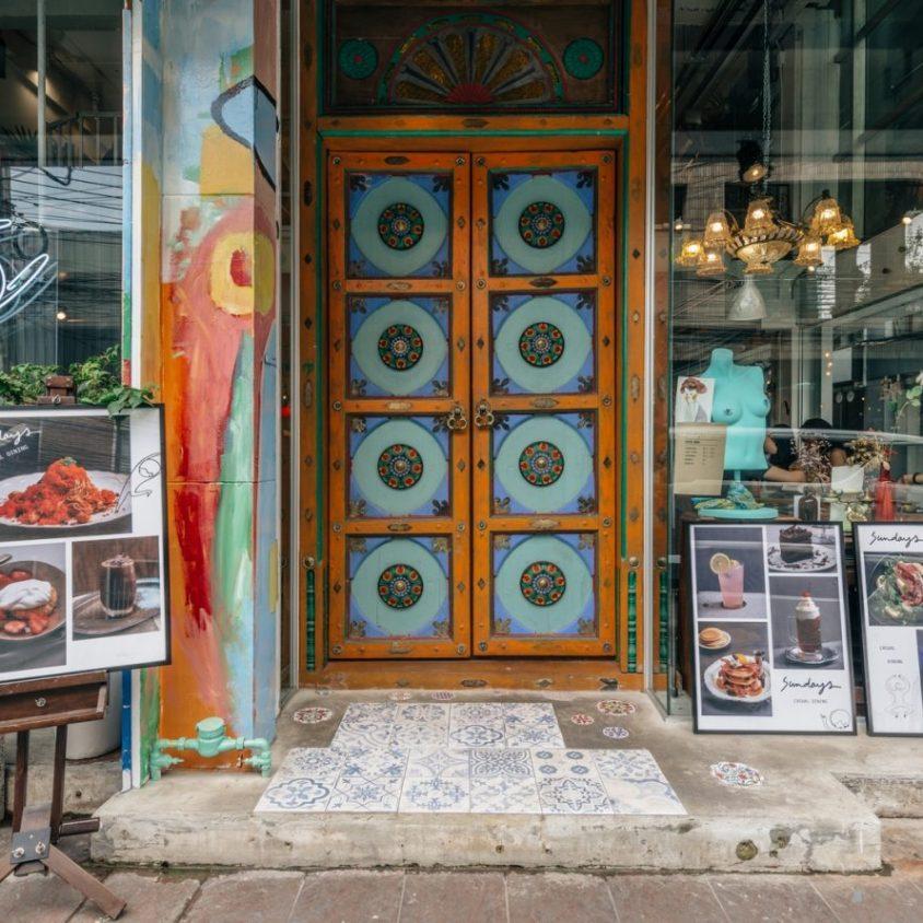 Un restaurante con arte y antigüedades 3