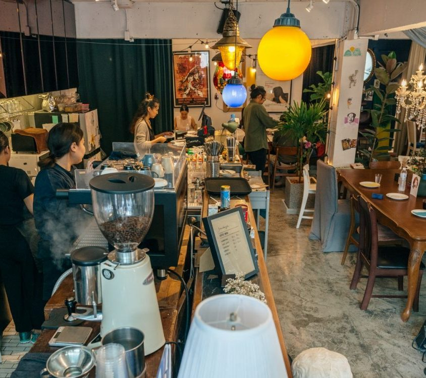 Un restaurante con arte y antigüedades 17