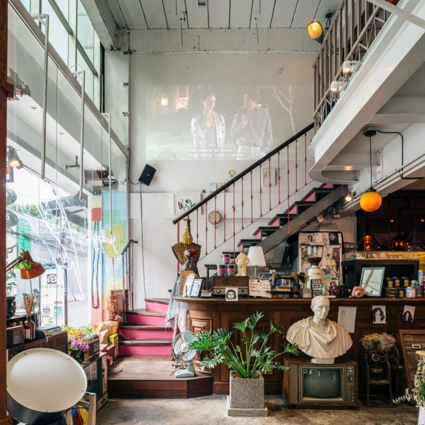 Un restaurante con arte y antigüedades 6
