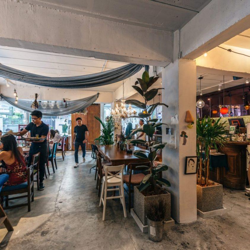 Un restaurante con arte y antigüedades 18