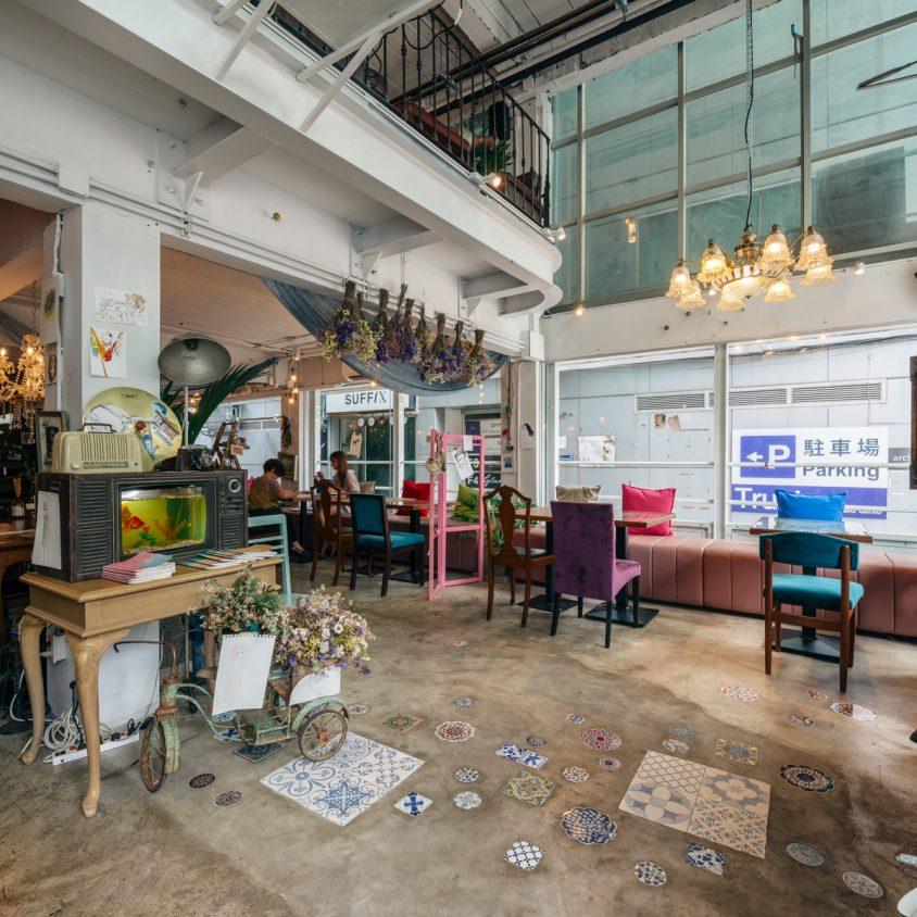 Un restaurante con arte y antigüedades 5