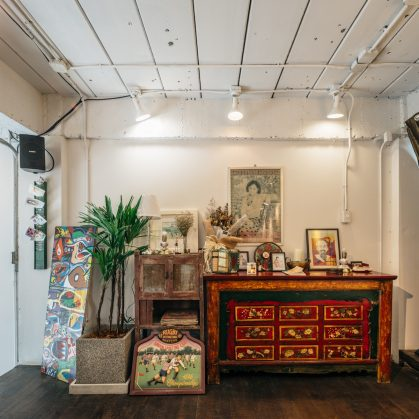 Un restaurante con arte y antigüedades 9