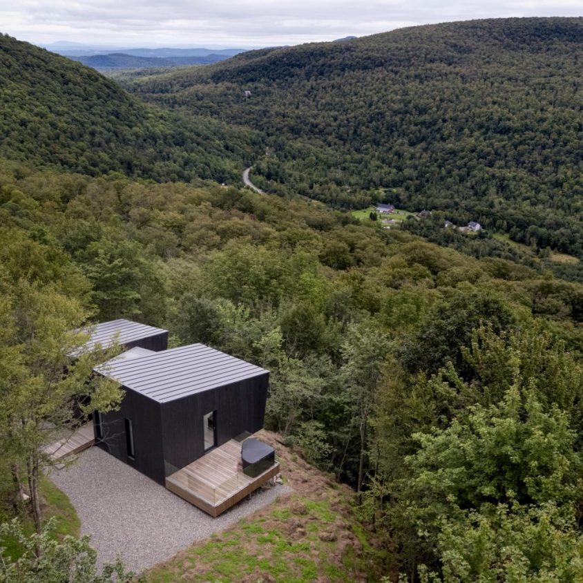 Una cabaña rodeada de verde 6
