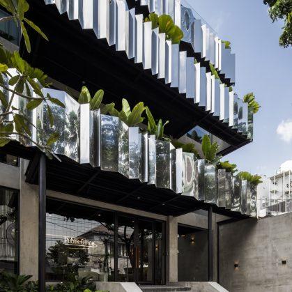 La fachada con espejo zigzag de Publik Office 3