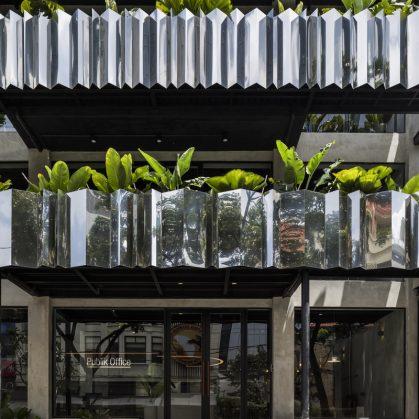 La fachada con espejo zigzag de Publik Office 4