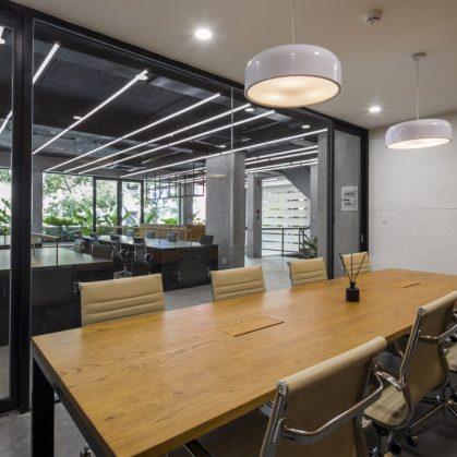 La fachada con espejo zigzag de Publik Office 20