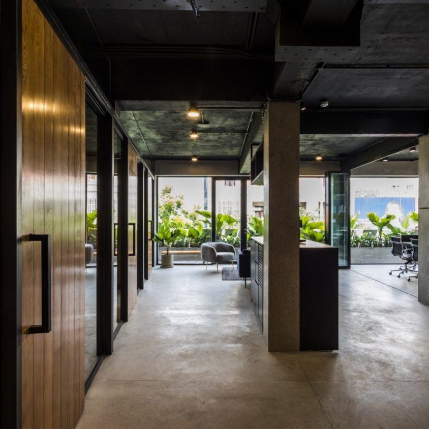 La fachada con espejo zigzag de Publik Office 15