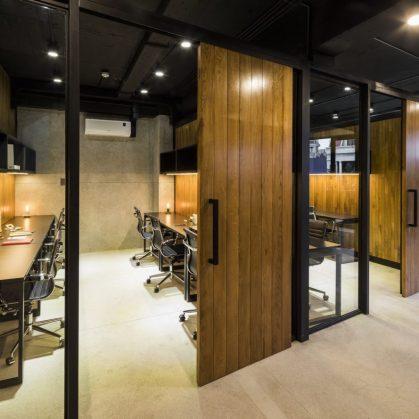 La fachada con espejo zigzag de Publik Office 19