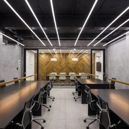 La fachada con espejo zigzag de Publik Office 30