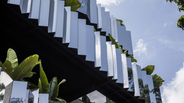 La fachada con espejo zigzag de Publik Office 11