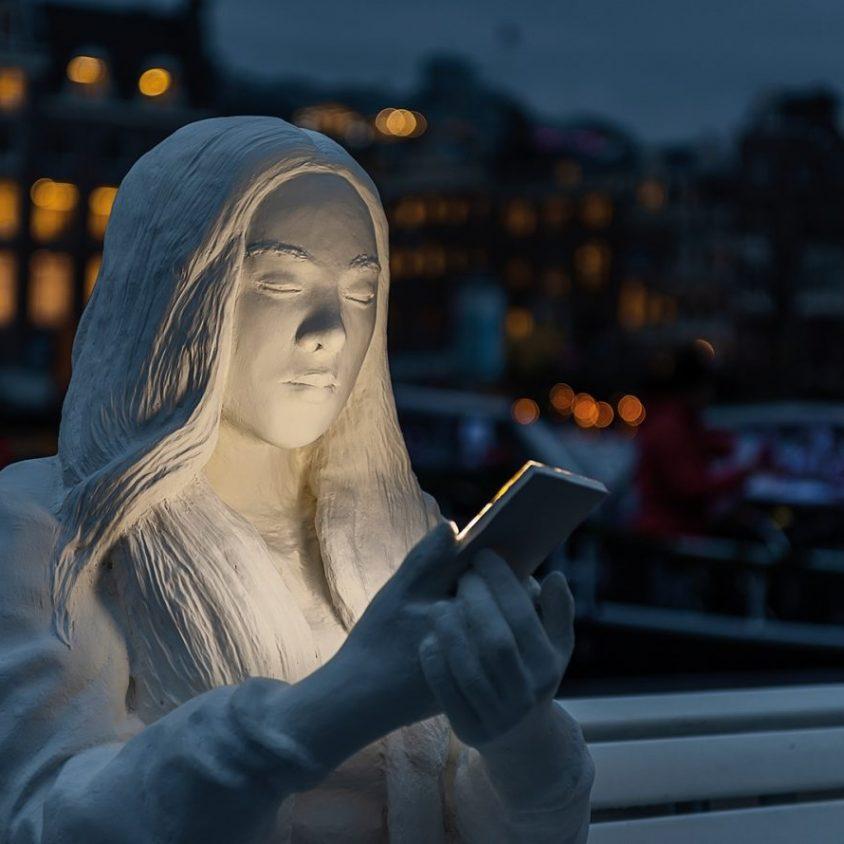 Absorbido por la luz de los celulares 6