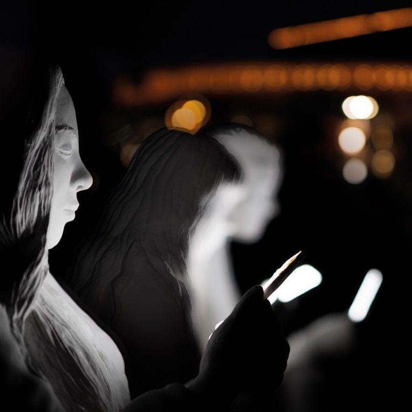 Absorbido por la luz de los celulares 7
