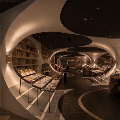 Una ilusión óptica fluye en la librería 17