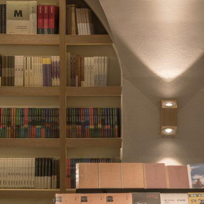 Una ilusión óptica fluye en la librería 19