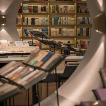 Una ilusión óptica fluye en la librería 6