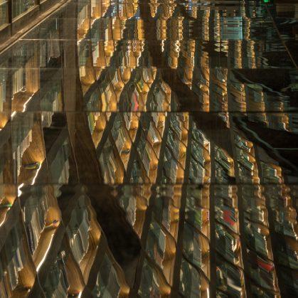 Una ilusión óptica fluye en la librería 12