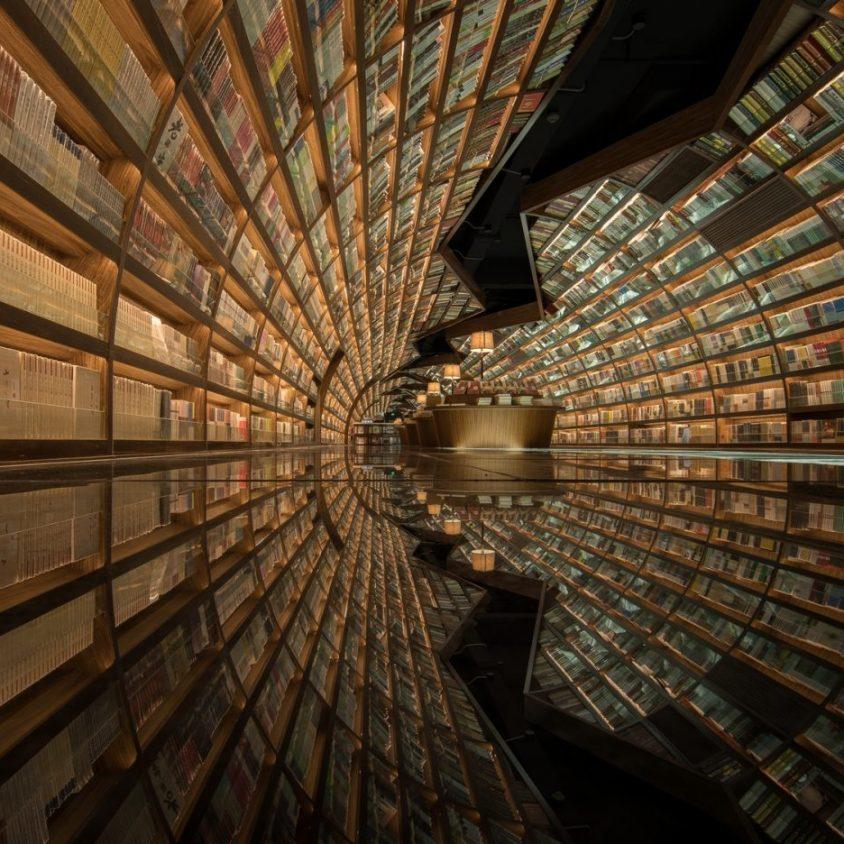 Una ilusión óptica fluye en la librería 9