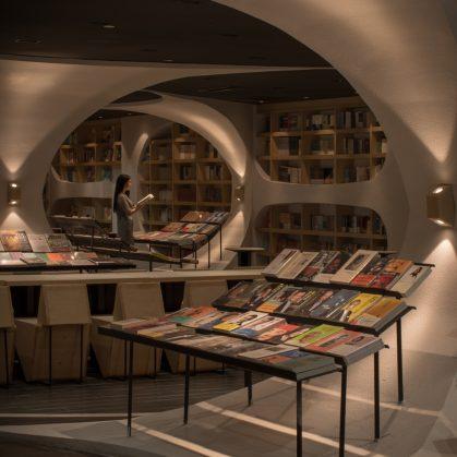 Una ilusión óptica fluye en la librería 18